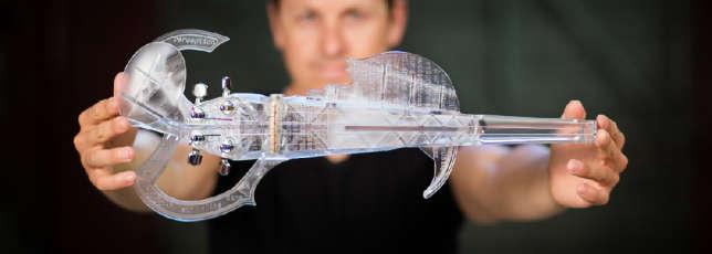 Le violon 3Dvarius dans les mains de son concepteur, Laurent Bernadac, ingénieur, et musicien médaillé du conservatoire de Toulouse en violon Jazz.