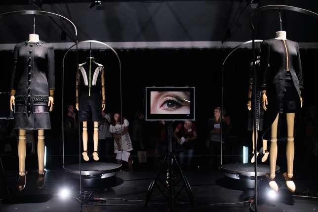 La saison automne-hiver 2015d'Aouadi Paris était «marquée par l'empreinte de l'artiste Pierre Soulages, à qui le créateur a souhaité rendre hommage à travers un travail sur le noir et le ton sur ton», selon le MuCEM.