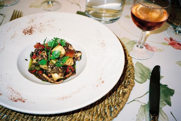 La salade de chipirons, l'une des spécialités du chef.
