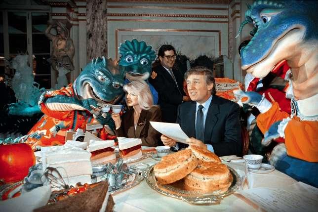 Entourés de personnagesde Disney, Donald Trump et sa future deuxième épouse,Marla Maples, en 1992.