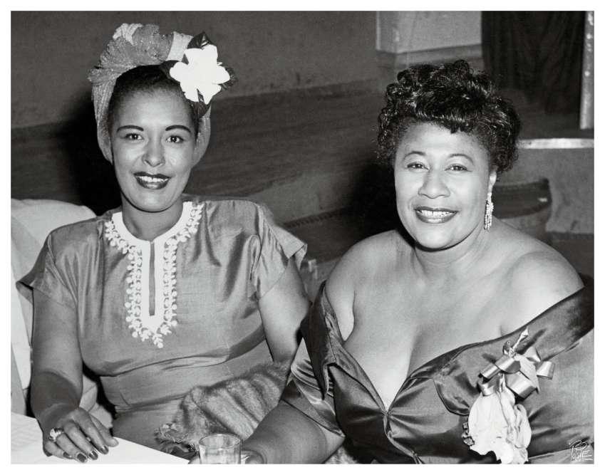 Billie Holiday (à gauche) et Ella Fitzgerald (à droite) à la fin des années 1940, au Bop City, à New York. Les deux chanteuses s'apprécient mais sont à l'opposé l'une de l'autre. « Les comparer ne sert à rien, estime le producteur Quincy Jones, qui a travaillé avec elles. Toutes deux étaient des géantes du jazz mais des femmes différentes. Billie était accro à l'héroïne, Ella était une éternelle petite fille.»