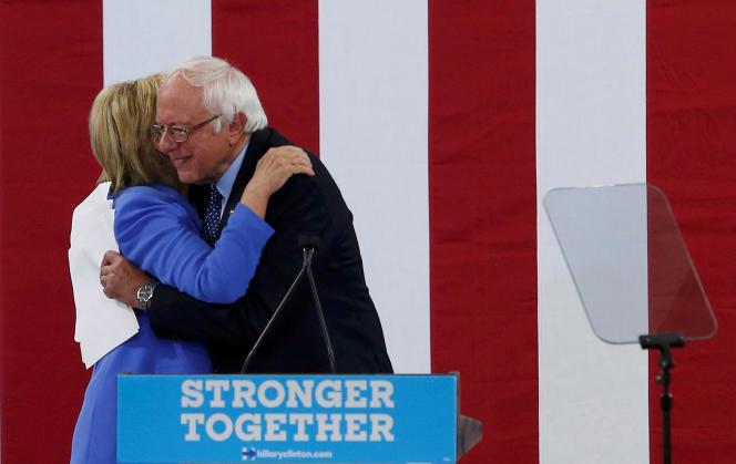 Hillary Clinton et Bernie Sanders lors de leur premier meeting en commun à Portsmouth, dans le New Hampshire, le 12 juillet 2016.