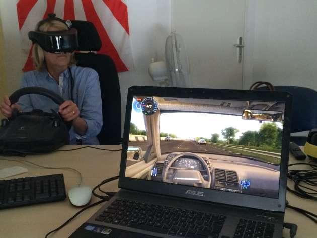 Le médecin peut suivre et influer directement sur la simulation automobile de sa patiente depuis son ordinateur.