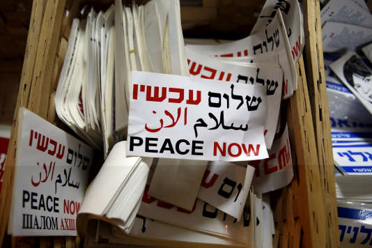 Des autocollants de l'ONGPeace Now (La Paix maintenant), visée par la loi sur le financement d'ONG par des gouvernements étrangers, dans leur bureau de Tel-Aviv, le 31 janvier.