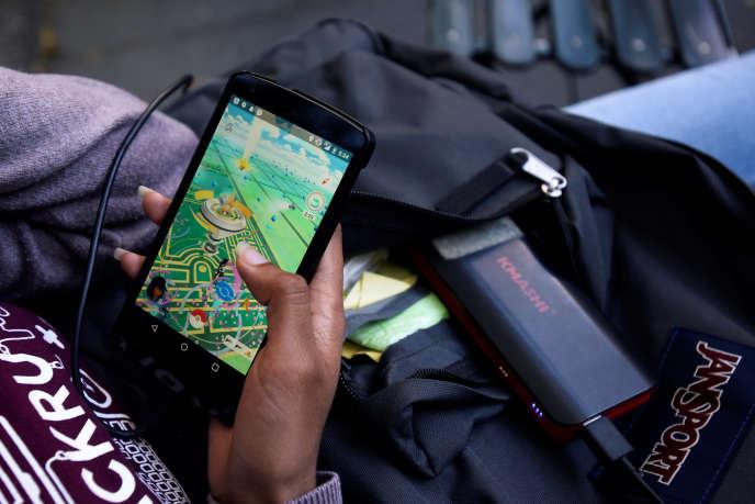 Une joueuse de «Pokémon Go» à New York, lundi 11 juillet 2016.