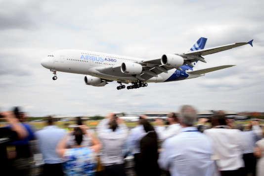 Vol de démonstration d'un Airbus A380 au Salon de l'aéronautique de Farnborouth, en Angleterre, le 16juillet 2014.