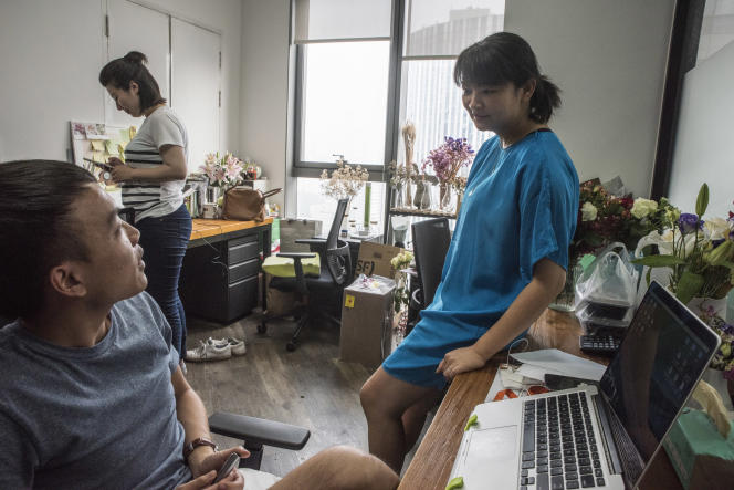 Zhu Yueyi, fondatrice de Huadian Shijian, dans les locaux de sa société installée à Daydayup, plate-forme de bureaux partagés pour start-up cofondée par le Français Jérôme Scola, àPékín, le 8 juillet.
