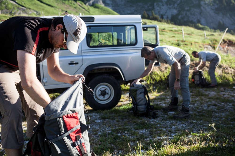 A gauche, Joël, vétérinaire, accompagne les agents de l'ONCFS sur cette mission.