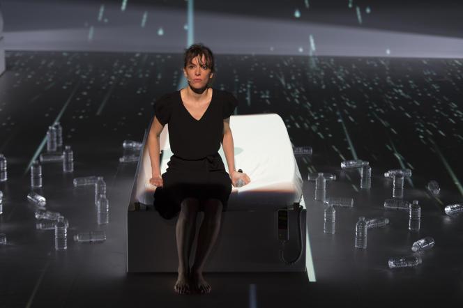 Emily Loizeau lors de son spectacle «Mona» donné au CENTQUATRE à Paris en janvier 2016.