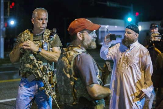 Des membres des Oath Keepers avec leurs armes dans les rues de Ferguson, Missouri, le 11 août 2015.
