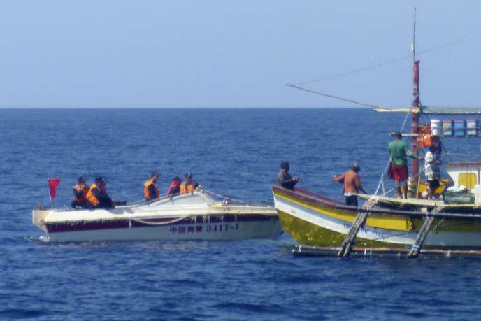 Un pêcheur philippin approché par des gardes-côtes chinois en mer de Chine méridionale, le 27 février 2015.