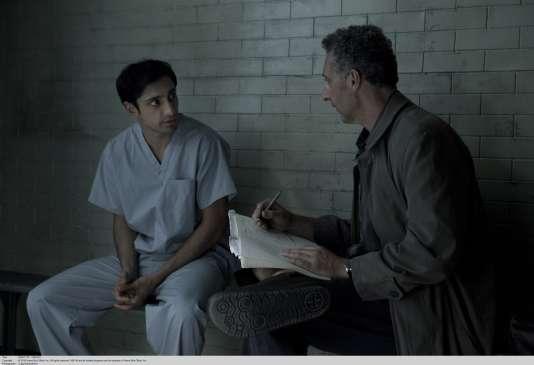 Riz Ahmed (Nasir «Naz» Khan, jeune Américano-Pakistanais accusé de meurtre) etJohn Turturro (l'avocatJohn Stone) .