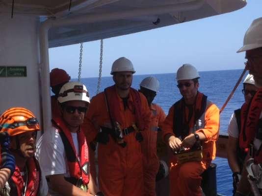 L'équipage de l'«Aquarius», aux côtés des humanitaires de SOS Méditerranée.