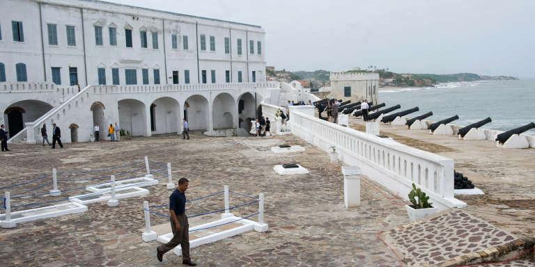Le président américain Barack Obama marche sur le site de Cape Coast, lors de sa visite au Ghana le 11 juillet 2009.