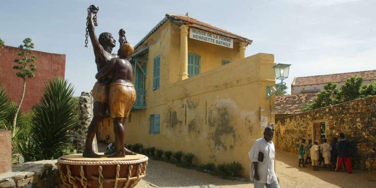 Une statue, symbole de l'esclavage, trônant dans une rue de l'île de Gorée, au large du Sénégal.