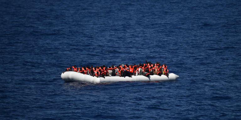 Des migrants en attente d'être secourus en Méditarranée, non loin des côtes libyennes, en mai 2016.