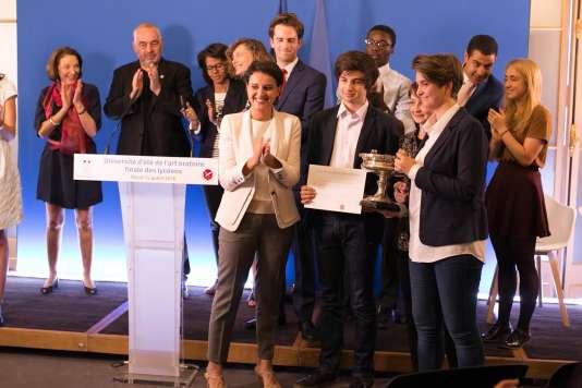 La ministre Najat Vallaud-Belkacem et les lauréats de la finale de joute oratoire de la Fédération francophone de débat.