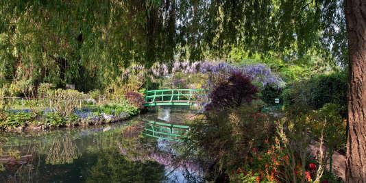 Le pont vert et le saule pleureur semblent sortir d'un tableau de Claude Monet.