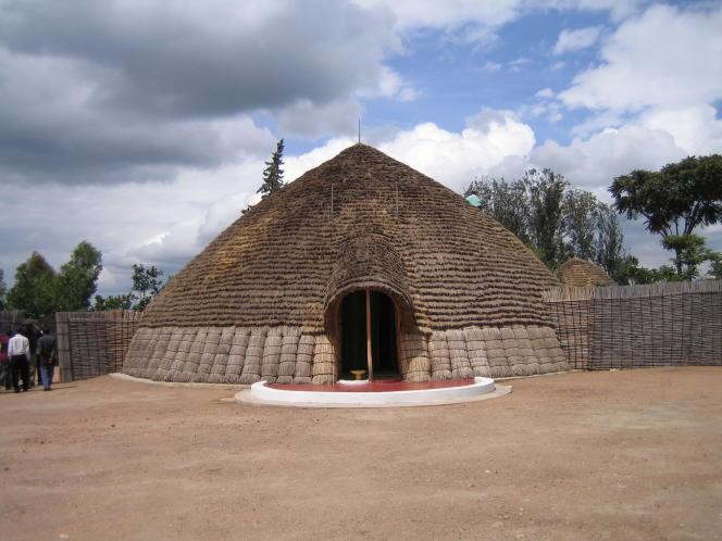 L'Irongo, palais du monarque du Rwanda, est unehaute hutte circulaire d'une dizaine de mètres de diamètre, rebâtie «à l'identique»etouverte en 2008.