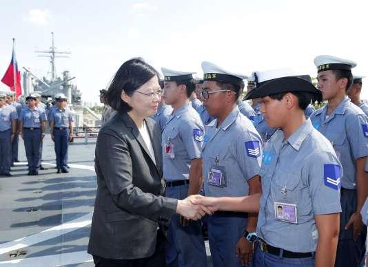 La présidente Tsai Ing-wen a salué les soldats en partance pour l'île de Taiping.