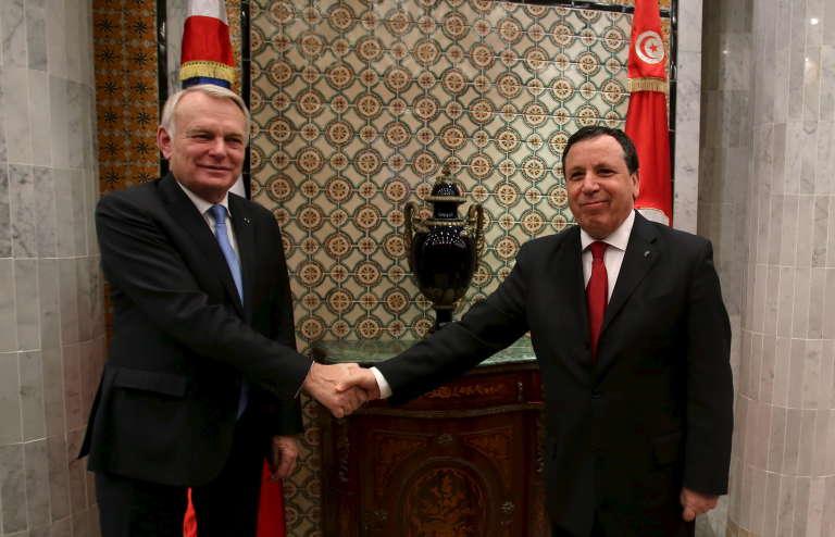 Le ministre des affaires étrangères tunisien, Khemaïes Jhinaoui avec son homologue français, Jean-Marc Ayrault lors d'une visite à Tunis le 17 mars 2016.