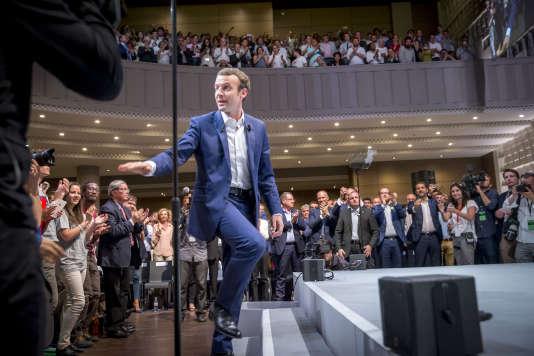 Emmanuel Macron anime le premier meeting de son mouvement politique Enmarche! dans la salle de La Mutualité à Paris, mardi12juillet2016.