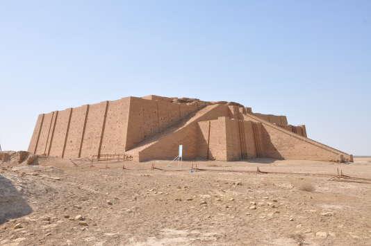 La ziqqurat d'Ur construite par le roi sumérien Ur-Namma, fondateur de la troisième dynastie d'Ur (Empire Ur III)) vers 2100 avant notre ère.