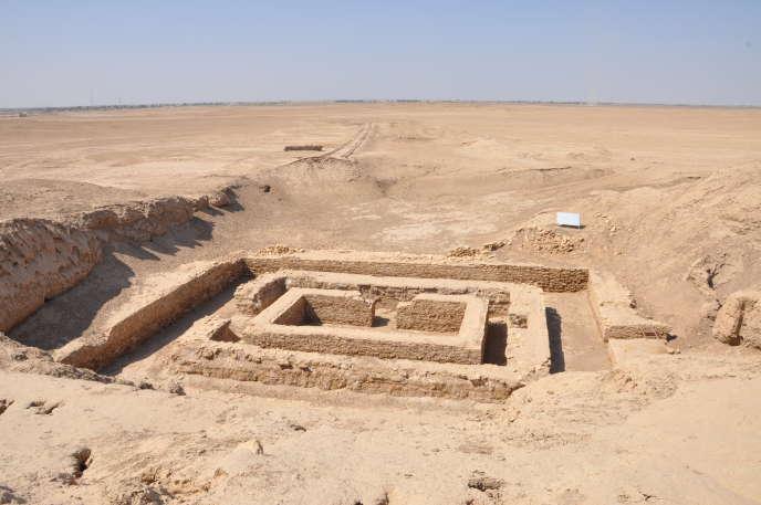 Là où est né l'écriture, à Uruk, le Bâtiment de pierre, dans le secteur du temple d'Anu (le Ciel divinisé), au IVè millénaire avant notre ère, témoigne de la naissance des premères cités de l'humanité.