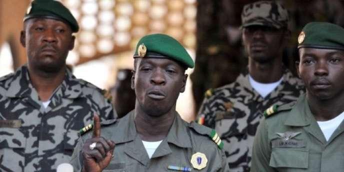 Amadou Haya Sanogo (au centre), le 3 avril 2012, au camp militaire de Kati, à quelques kilomètres au nord de Bamako.