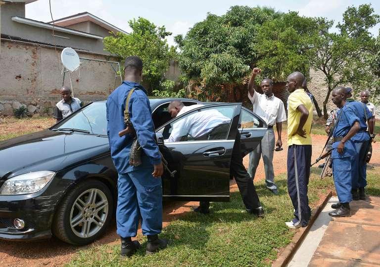 Des officiers de police inspectent le véhicule de l'ancienne ministreHafsa Mossi dans lequel elle a été assassinée le 13 juillet 2016.