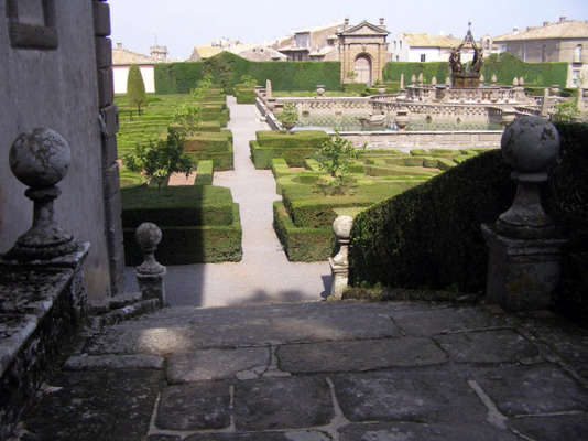 Un jardin renaissance à flanc de colline.