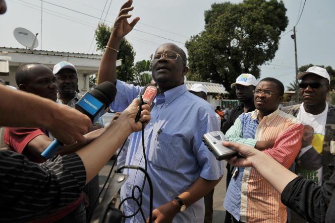 Casimir Oye Mba, premier ministre (1990-1994) d'Omar Bongo et ancien gouverneur de la banque des Etats d'Afrique centrale, candidat à l'élection présidentielle sous la bannière de l'Union nationale (UN).
