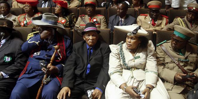 Membres de la délégation Herero et Mara lors de la cérémonie de restitution à la Namibie de vingt crânes de victimes des troupes impériales allemandes en 1904, le 30 septembre 2011, à l'hôpital de la Charité de Berlin.