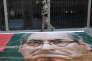 « Dilma Rousseff et ses défenseurs peinent à trouver un second souffle, répétant inlassablement que la procédure de destitution qui a conduit à sa mise à l'écart provisoire de la fonction présidentielle n'est pas autre chose qu'un coup d'Etat» (Photo:policier devant le siège du Parti des travailleurs à Sao Paulo, le 23 juin).