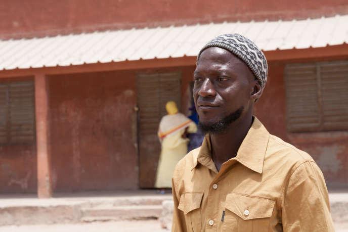 Mamadou Diédhouest instituteur à Kolda. Il se bat avec les autorités sénégalaises pour redonner une identité légale aux enfants fantômes de son école.