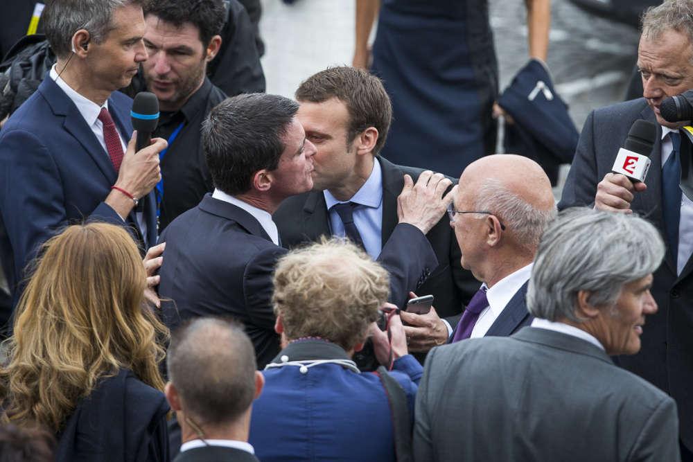 Manuel Valls et Emmanuel Macron se saluent, à leur arrivée.
