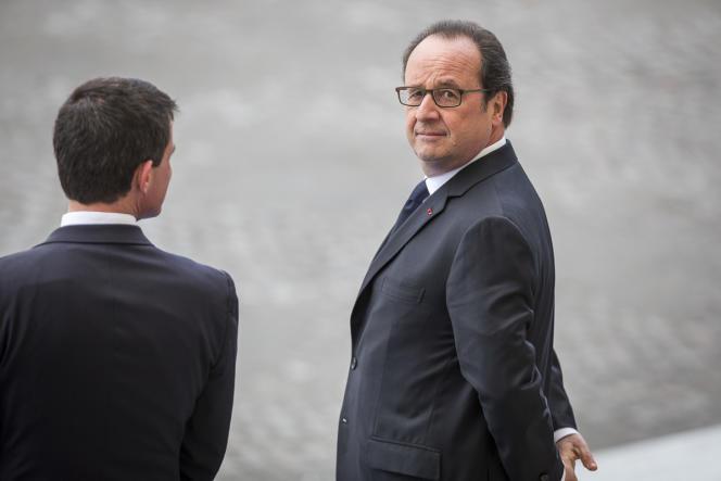 Manuel Valls et François Hollande assistent au défilé militaire, lors de la fête nationale, sur les Champs Elysées à Paris.