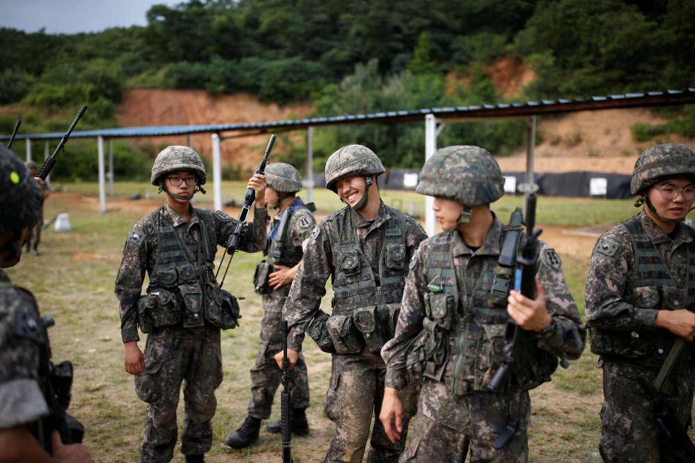 Après un exercice de tir, les soldats sud-coréensdans leur base, près de la DMZ.