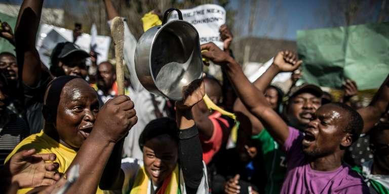 Des militants zimbabwéens du mouvement #ThisFlag (ce drapeau) manifestent devant l'ambassade du Zimbabwe à Pretoria (Afrique du Sud), le 14 juillet.