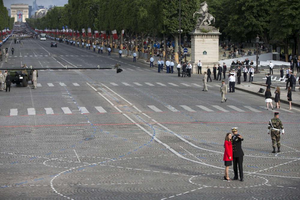 Sur les Champs-Elysées, peu avant le debut du défilé, dans la matinée du 14 juillet.