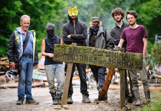 Dans la forêt de Mandres-en-Barrois, des personnes opposées au Cigéo, un projet de stockage radioactif à Bure, le 21 juin.