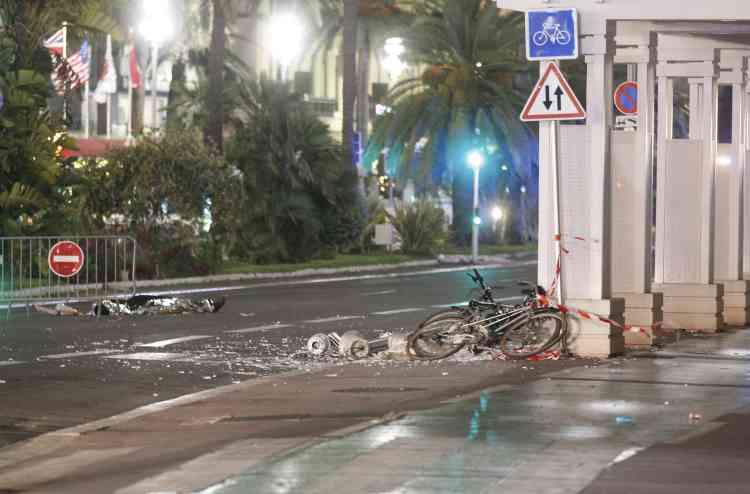 Le camion a fauché des passants sur au moins deux kilomètres, selon le parquet. François Hollande a déclaré que l'état d'urgence est prolongé de trois mois au-delà du 26 juillet.