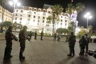Des militaires déployés sur la promenade des Anglais après l'attaque.Des papiers d'identité au nom d'un Franco-Tunisien ont été retrouvés à l'intérieur du camion blanc ayant servi à l'attentat meurtrier de Nice jeudi.