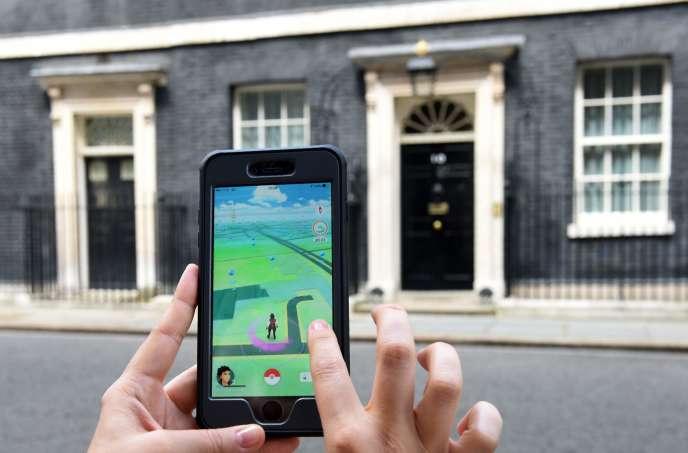 Un joueur de Pokémon Go devant le 10 Downing Street, à Londres.