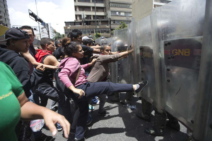 Des Vénézuéliens manifestent contre les pénuries alimentaires, à Caracas le 2 juin.