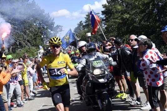 Chris Froome continue l'étape du Ventoux en courant après une chute.