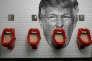 « Trump urinal » (« Urinoir Trump »). Photomontage réalisé par William Duke et Brandon Griffin avec un portrait de Donald Trump (David Becker/Getty) circulant sur Internet et la photo « After the kisses! », prise dans les toilettes pour hommes du bar Belushi, à Paris, de Jacky Naegelen (Reuters).