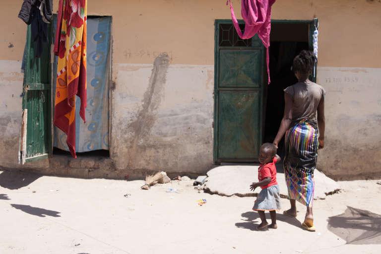 Une mère adolescente de Sintian avec son enfant.