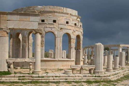 «Rome de l'Afrique», agrandie par Septime Sévère, Leptis Magna déploie ses vestiges spectaculaires sur le rivage méditerranéen.