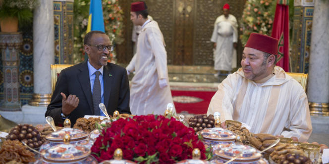Le roi du Maroc Mohammed VI et le président rwandais Paul Kagamé, lors d'un «iftar» offert en l'honneur de ce dernier, au palais royal de Casablanca, le 20 juin 2016.